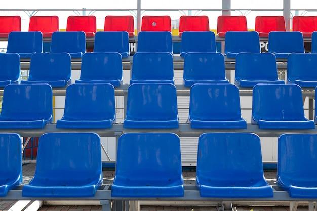 Widok Z Przodu Niebieski I Czerwony Plactic Miejsc Na Trybunie Stadionu Sportowego Premium Zdjęcia