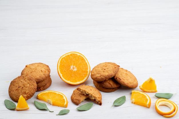 Widok Z Przodu O Smaku Pomarańczowym Ciasteczka Ze świeżych Pomarańczowych Plasterków Na Lekkim Biurku Ciasteczka Owocowe Darmowe Zdjęcia
