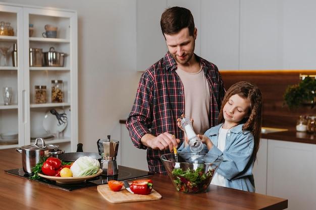 Widok Z Przodu Ojca Z Córką Przygotowywania Potraw W Kuchni Darmowe Zdjęcia