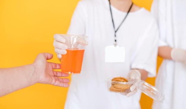 Widok Z Przodu Osób Przekazujących żywność Darmowe Zdjęcia