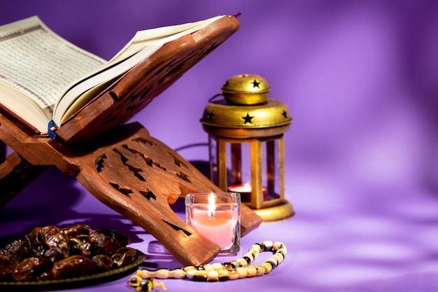 Widok Z Przodu Otworzył Koran Na Rehal Darmowe Zdjęcia