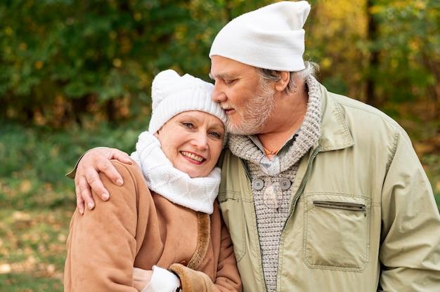 Widok z przodu para starszych przytulanie Darmowe Zdjęcia