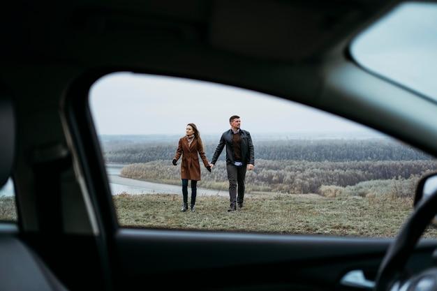 Widok Z Przodu Para Trzymająca Się Za Ręce Od Wewnątrz Samochodu Darmowe Zdjęcia