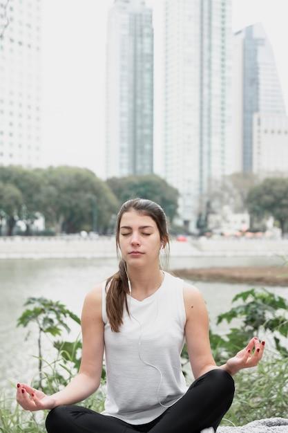 Widok z przodu piękna dziewczyna ćwiczeń Darmowe Zdjęcia