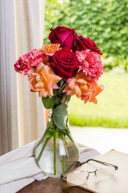 Widok Z Przodu Piękne Róże W Wazonie Darmowe Zdjęcia