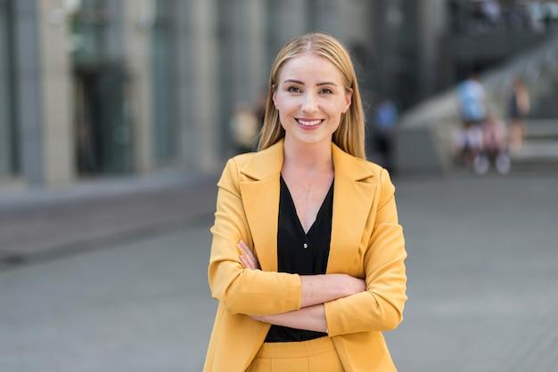 Widok Z Przodu Pięknej Kobiety Biznesu W Kolorze Premium Zdjęcia