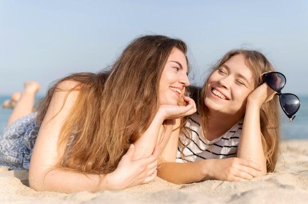 Widok Z Przodu Pięknych Dziewczyn Na Plaży Darmowe Zdjęcia