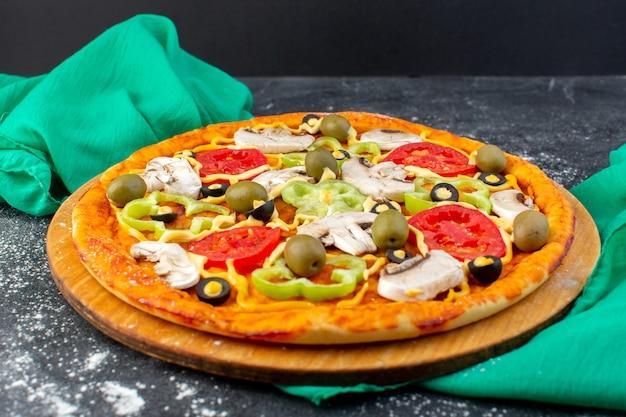 Widok Z Przodu Pizza Grzybowa Z Czerwonymi Pomidorami, Oliwkami, Grzybami, Wszystkie Pokrojone W środku Na Szaro Darmowe Zdjęcia