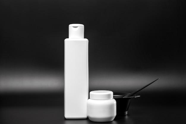 Widok Z Przodu Plastikowych Butelek Na Farbę Do Włosów Darmowe Zdjęcia