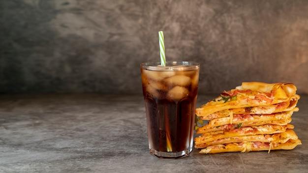 Widok z przodu plastry pizzy z napojem Darmowe Zdjęcia