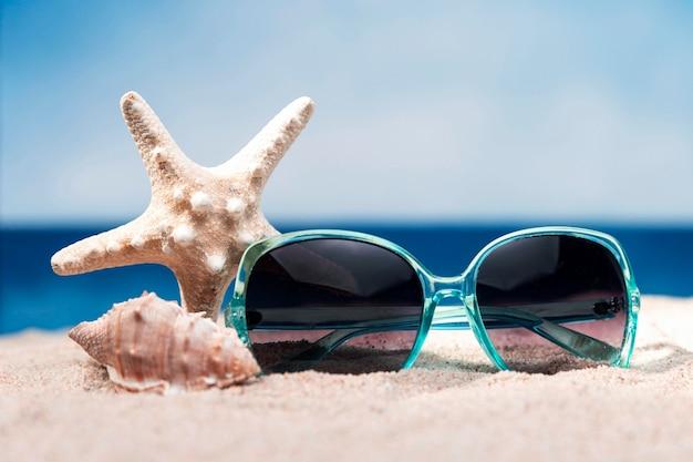 Widok Z Przodu Plaży Z Okulary I Rozgwiazdy Darmowe Zdjęcia