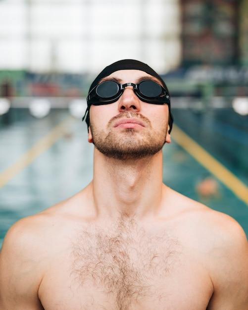 Widok z przodu pływak mężczyzna trzyma głowę do góry Darmowe Zdjęcia