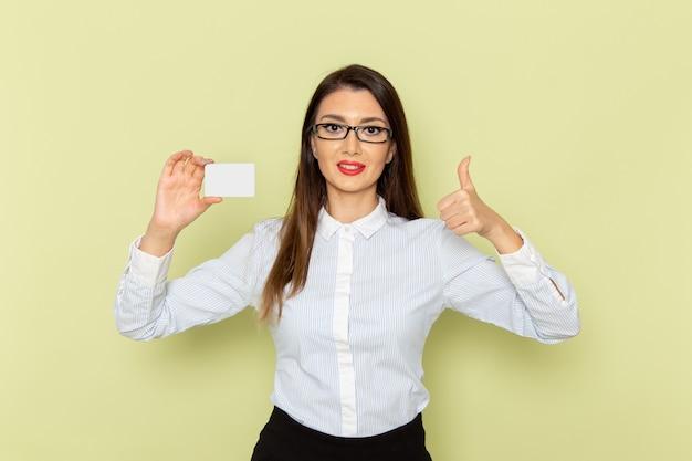 Widok Z Przodu Pracownica Biurowa W Białej Koszuli I Czarnej Spódnicy Trzymającej Białą Plastikową Kartę Na Jasnozielonej ścianie Darmowe Zdjęcia