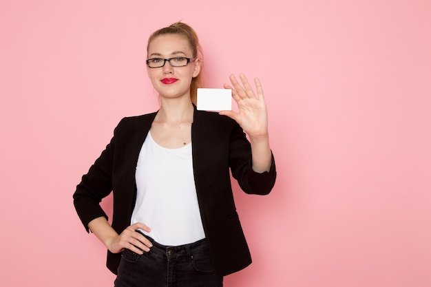 Widok Z Przodu Pracownica Biurowa W Czarnej Surowej Kurtce Uśmiechnięta Trzymając Białą Kartę Na Różowej ścianie Darmowe Zdjęcia