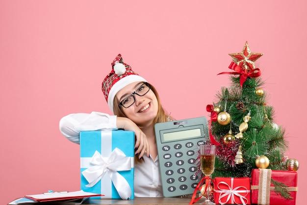 Widok Z Przodu Pracownica Gospodarstwa Kalkulator Wokół Przedstawia Na Różowo Darmowe Zdjęcia