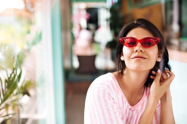 Widok Z Przodu Przyjemnej Opalonej Kobiety W Okularach Przeciwsłonecznych. Odkryty Strzał Piękna Brunetka Kobieta Na Rozmycie Tła. Darmowe Zdjęcia