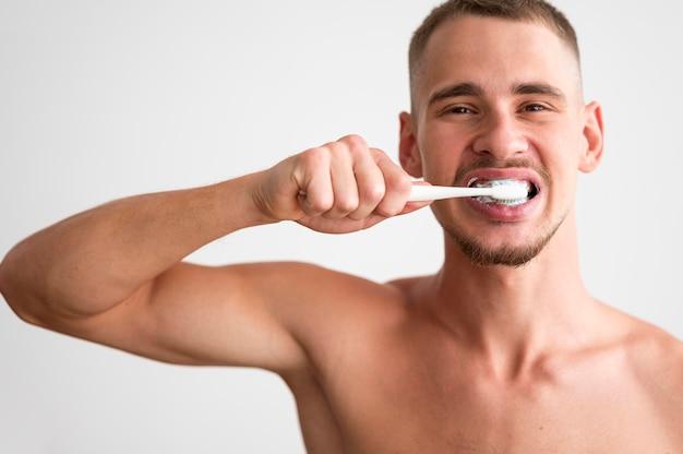Widok Z Przodu Przystojny Mężczyzna Szczotkuje Zęby Darmowe Zdjęcia