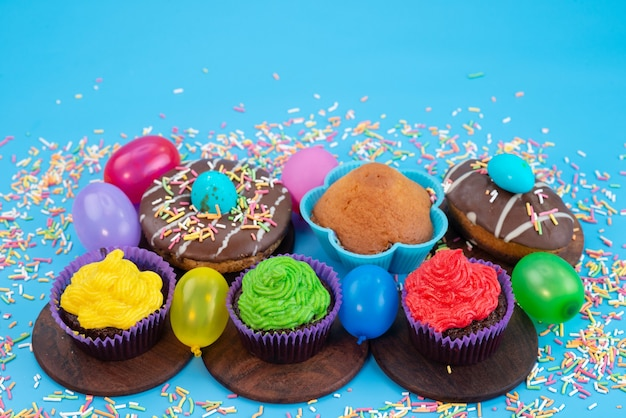 Widok Z Przodu Pyszne Ciasteczka Czekoladowe Na Bazie Pączków Z Cukierków I Kulek Na Niebieskim, Cukierkowym Kolorze Herbatników Darmowe Zdjęcia