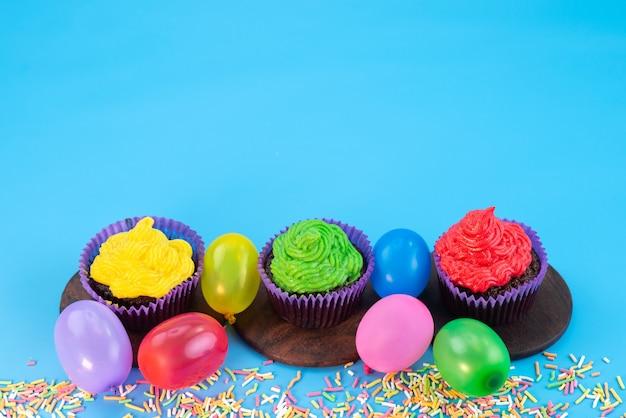 Widok Z Przodu Pyszne Ciasteczka Wewnątrz Fioletu Tworzą Czekoladę Na Bazie Cukierków Na Niebieskim, Cukierkowym Kolorze Herbatników Darmowe Zdjęcia