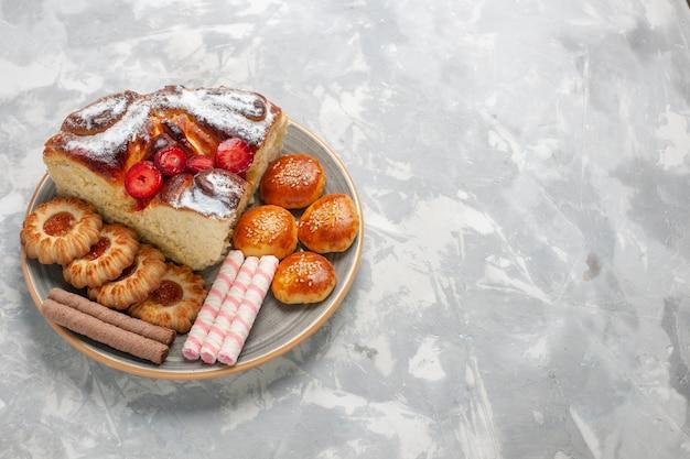 Widok Z Przodu Pyszne Ciasto Truskawkowe Z Ciasteczkami I Ciasteczkami Na Białej Powierzchni Darmowe Zdjęcia