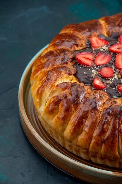 Widok Z Przodu Pyszne Ciasto Truskawkowe Z Dżemem I świeżymi Czerwonymi Truskawkami Darmowe Zdjęcia
