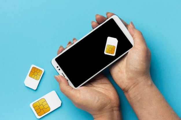 Widok Z Przodu Rąk Trzymających Karty Sim Smartfona Darmowe Zdjęcia