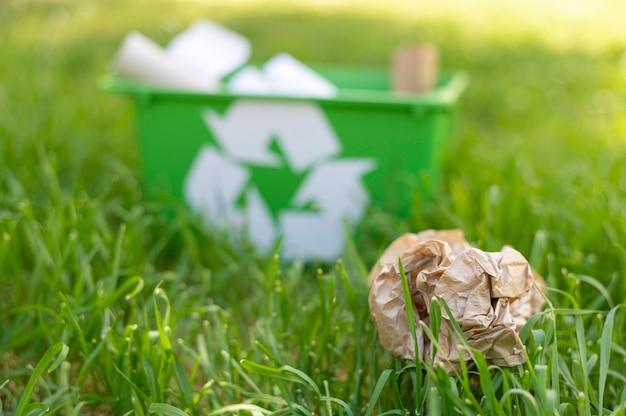 Widok Z Przodu Recyklingu Kosz Na Trawie Z śmieci Darmowe Zdjęcia
