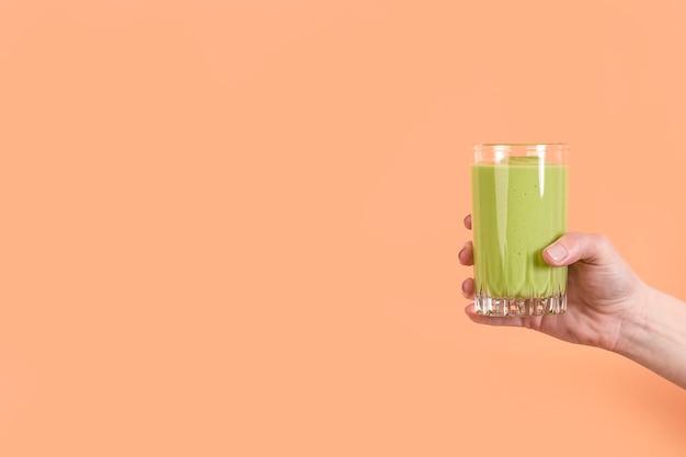 Widok Z Przodu Ręki Trzymającej Zielony Koktajl W Szkle Z Miejsca Na Kopię Darmowe Zdjęcia