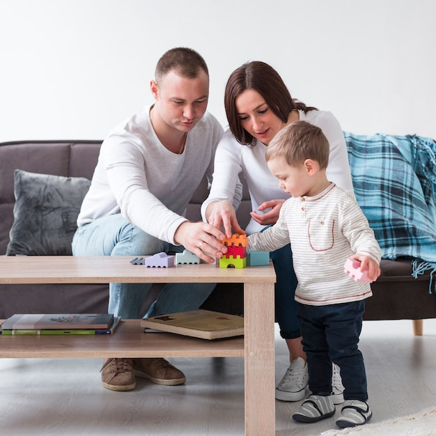 Widok Z Przodu Rodziców Bawić Się Z Dzieckiem W Domu Darmowe Zdjęcia