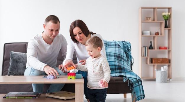 Widok Z Przodu Rodziców I Dziecka W Domu Gry Darmowe Zdjęcia