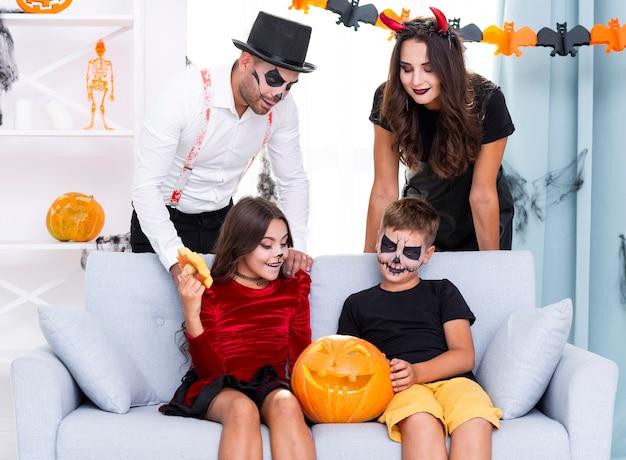 Widok z przodu rodziny gotowy na halloween Darmowe Zdjęcia