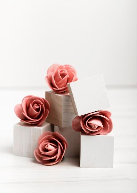 Widok Z Przodu Róż Na Białe Kostki Darmowe Zdjęcia