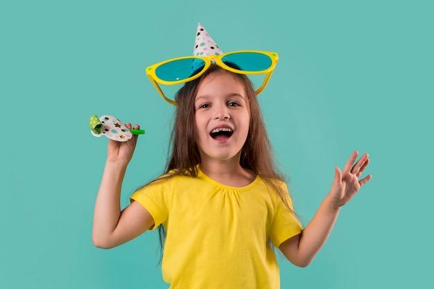 Widok Z Przodu ślicznej Dziewczynki Z Dużymi Okularami Przeciwsłonecznymi Premium Zdjęcia
