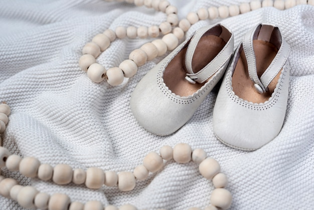 Widok Z Przodu ślicznych Małych Dziewczynek Butów Na Kocu Darmowe Zdjęcia