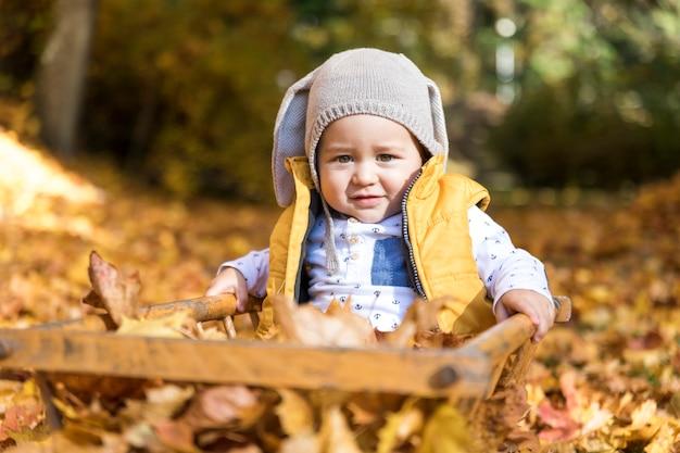 Widok Z Przodu Słodkie Dziecko Bawiące Się Na Zewnątrz Darmowe Zdjęcia