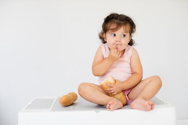 Widok Z Przodu Słodkie Dziewczyny Jedzenie Chleba Darmowe Zdjęcia