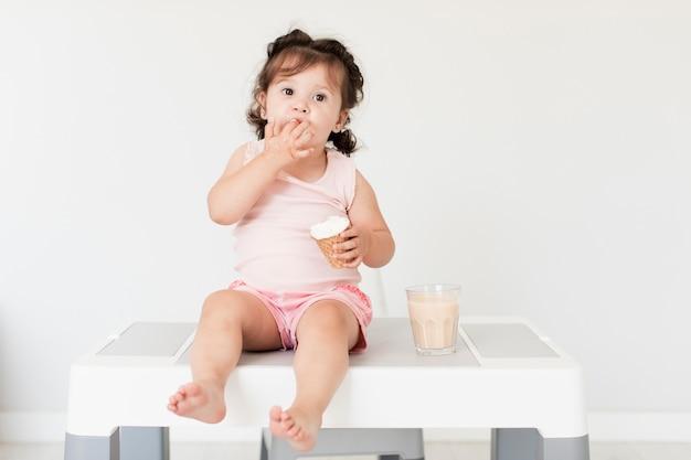Widok Z Przodu Słodkie Dziewczyny Jedzenie Lodów Darmowe Zdjęcia