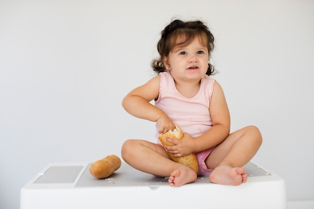 Widok Z Przodu Słodkie Dziewczyny Z Chleba Darmowe Zdjęcia