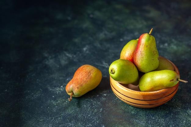 Widok Z Przodu Słodkie Gruszki Na Ciemnym Tle Drzewo Dojrzały Sok świeży Kolor Jabłka Darmowe Zdjęcia