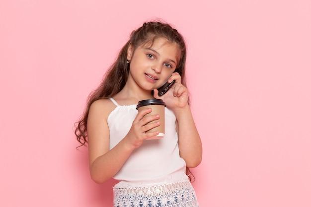Widok Z Przodu Słodkie Małe Dziecko Trzyma Filiżankę Kawy I Rozmawia Przez Telefon Darmowe Zdjęcia
