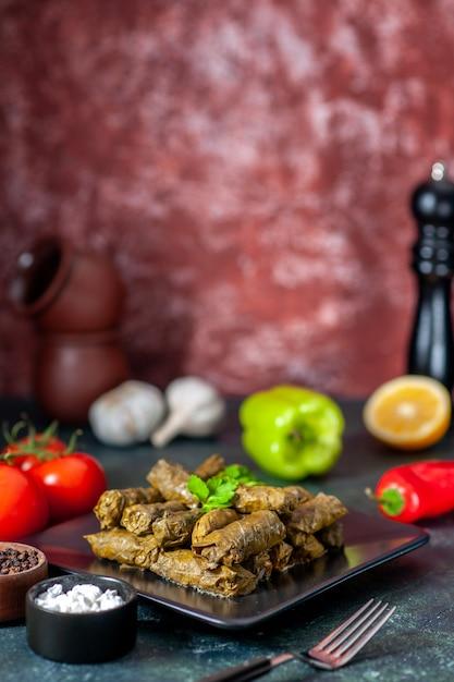 Widok Z Przodu Smaczne Liść Dolma Z Pomidorami Na Ciemnym Tle Kaloryczny Olej Obiad Jedzenie Sałatka Danie Mięso Posiłek W Restauracji Darmowe Zdjęcia