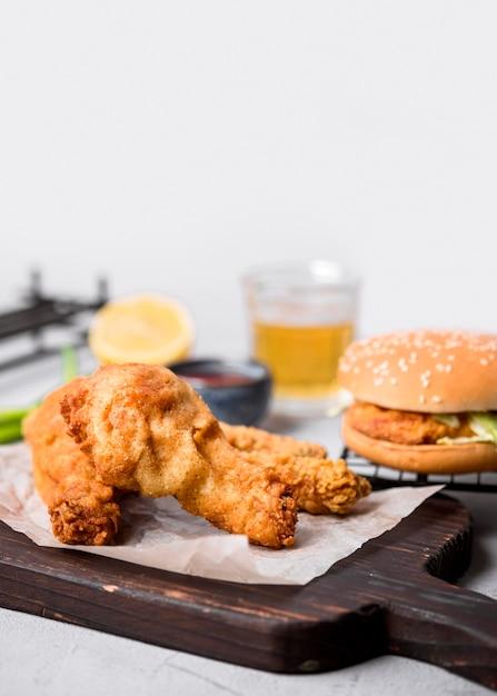 Widok Z Przodu Smażony Kurczak Na Desce Do Krojenia Z Burgerem Darmowe Zdjęcia