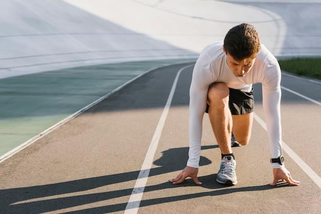 Widok z przodu sportowca w pozycji wyjściowej Darmowe Zdjęcia