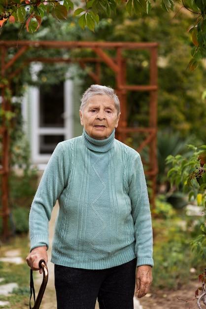 Widok Z Przodu Starszej Kobiety Idącej Z Laską Darmowe Zdjęcia
