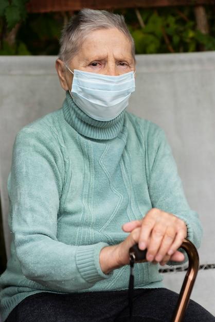 Widok Z Przodu Starszej Kobiety Z Maską Medyczną I Laską W Domu Opieki Darmowe Zdjęcia