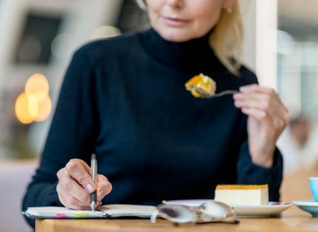 Widok Z Przodu Starszy Biznes Kobieta Pracuje Mając Deser Darmowe Zdjęcia