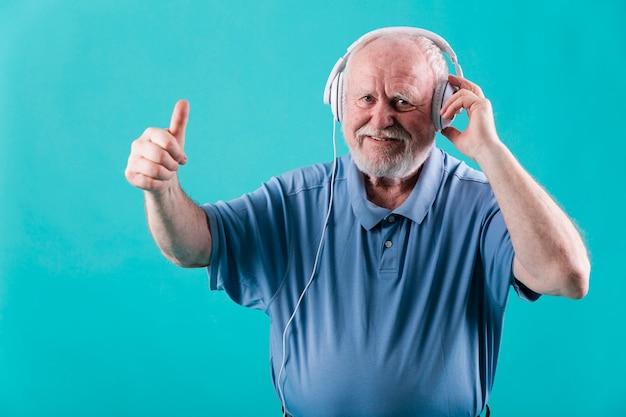 Widok Z Przodu Starszy Ze Słuchawkami Darmowe Zdjęcia