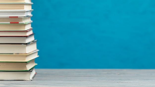 Widok z przodu stos książek z miejsca kopiowania Darmowe Zdjęcia