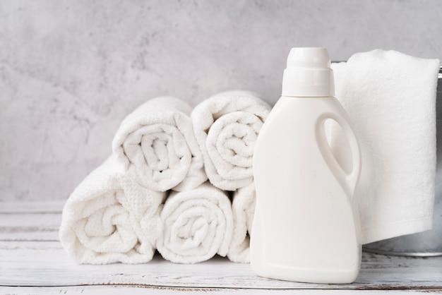 Widok Z Przodu Stosu Ręczników Ze Zmiękczaczem Do Prania Darmowe Zdjęcia