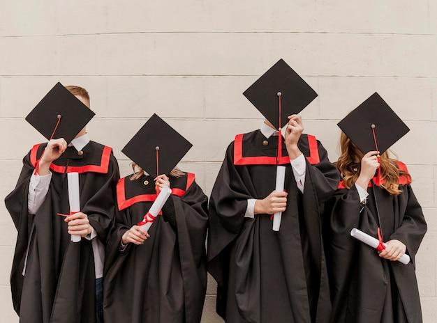 Widok Z Przodu Studentów Zakrywających Twarze Darmowe Zdjęcia